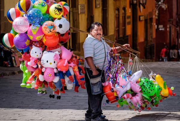 El vendedor de globos (San Miguel de Allende, México, 2017), digital photograph, Chris Kern